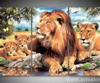 Lion family, size 90x130 cm. Цена 30 у.е. (заказ выполняется от 2 до 5 дней) Наши модульные картины сделаны на панелях МДФ они легкие, объемные (толщина 2 см. по краям брусок, внутри модули полые и легкие) они крепкие и безопасные в отличии от картин на стекле (стекло тонкое, тяжелое, картины блестят и имеют дешевый вид, так же стекло это хрупкий и опасный материал) на стекле делают потому что это дешево и быстро (на кусок стекла просто клеют Китайскую самоклейку) наши модули делать сложно, нужны специалисты по мебельной работе и станки. Картины на орг стекле и акриле тоже имеют свои минусы, они мутнеют со временем и выделяют вредные вещества в теплое время. Даже самая качественная печать со временем выцветает, она становится бледной, а солнечный свет только ускорит этот процесс, поэтому наши картины покрываются защитным лаком, другие производители после печати делают ламинацию (эта пленка делает картину не резкой и не защищает от солнечного света) Наши картины и фото всегда яркие, резкие не боятся воды и долгие годы будут радовать вас. Из-за отсутствия блеска матовые картины выглядят более сдержанно и очень солидно. (Вот что пишет дизайнер из компании Apple, я больше предпочитаю матовые картины, глянец и стекло категорически не приемлю, мой выбор обусловлен тем, что глянцевые картины дают сильные блики и на них смотришь как в зеркало, где видно помещение и твое изображение, матовые картины можно смотреть независимо от того как и откуда свет падает на нее)